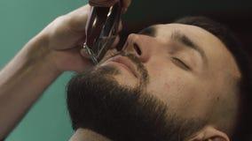 刮头发的理发师在理发店 影视素材