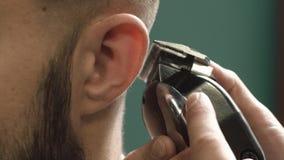 刮头发的理发师在理发店 股票录像