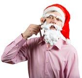 刮他的泡沫胡子的圣诞老人 免版税库存图片