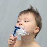 刮他的胡子的白白种人幼儿 免版税库存图片