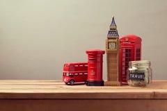 到与纪念品和钱箱瓶子的大英国概念旅行 计划暑假 图库摄影