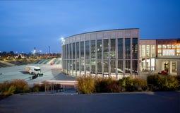 到会者在南Messe柏林的入口外边 免版税库存照片