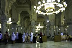 到圣洁清真寺麦加的回教人参观 免版税库存图片