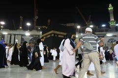 到圣洁清真寺麦加的回教人参观 免版税图库摄影