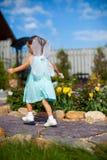到处乱跑与在他的翼的小女孩 库存照片