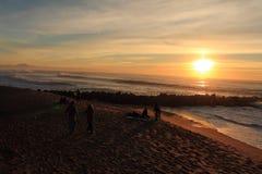 到大西洋美妙的五颜六色的风景有碎波的旅行在日落, capbreton,法国 库存照片