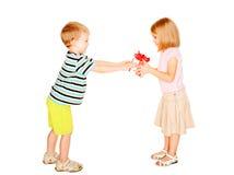 给到女孩礼物盒的男孩 库存图片