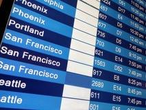 到来在机场终端的显示板 免版税库存图片