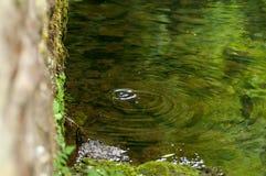 滴水到河里 免版税图库摄影
