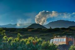 到火山的苛刻的旅行 越野journe的俄国样式拖车 免版税库存图片