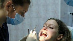 到牙医正牙医生医生的参观设定了一名妇女的铁括号有一牙齿fixator的 股票录像