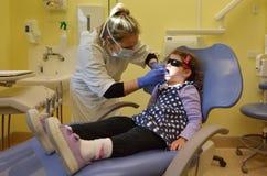 到牙医的儿童第一次参观 库存图片