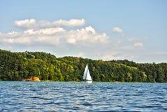 到目前为止白色航行游艇, Zermanice水库巡航的水  图库摄影