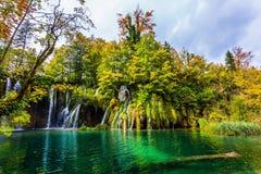 到石灰岩地区常见的地形Plitvice湖美妙的国家旅行 克罗地亚 许多小瀑布落入天蓝色的水 概念  库存照片