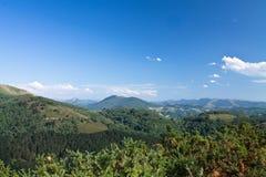 到美丽的春天绿色山谷小山旅行在蓝天在大西洋海岸的风景背景中 免版税库存图片
