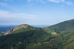 到美丽的春天绿色山谷小山旅行在蓝天在大西洋海岸的风景背景中 库存照片