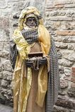 到翁布里亚地区美丽的中世纪镇的一次参观,在圣诞节假日期间,与与实物大小一样的雕象诞生场面  图库摄影