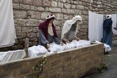 到翁布里亚地区美丽的中世纪镇的一次参观,在圣诞节假日期间,与与实物大小一样的雕象诞生场面  免版税库存照片