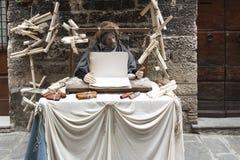 到翁布里亚地区美丽的中世纪镇的一次参观,在圣诞节假日期间,与与实物大小一样的雕象诞生场面  库存图片