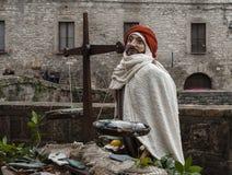 到翁布里亚地区美丽的中世纪镇的一次参观,在圣诞节假日期间,与与实物大小一样的雕象诞生场面  免版税库存图片