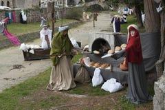 到翁布里亚地区美丽的中世纪镇的一次参观,在圣诞节假日期间,与与实物大小一样的雕象诞生场面  免版税图库摄影