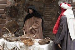 到翁布里亚地区美丽的中世纪镇的一次参观,在圣诞节假日期间,与与实物大小一样的雕象诞生场面  库存照片
