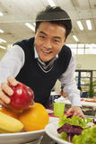 到达为健康食物的老师在学校食堂 图库摄影