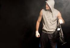 到达为战斗的年轻拳击手 库存图片