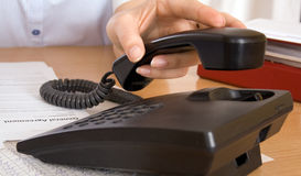 到达为电话的手 免版税库存照片
