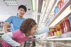 到达为食物的小女孩在超级市场 库存图片