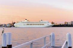 到达入悉尼港口的和平的珠宝 免版税库存照片