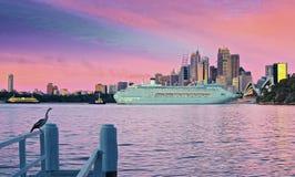 到达入悉尼港口的和平的珠宝 库存图片