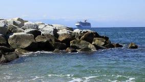 到达入巴亚尔塔港的游轮 库存图片