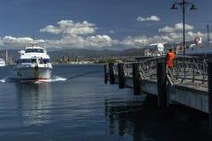 到达口岸的一艘白色船 库存图片