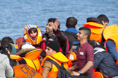 到达在充气救生艇小船的希腊的难民从土耳其 免版税图库摄影