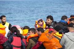 到达在充气救生艇小船的希腊的难民从土耳其 图库摄影