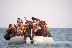 到达在充气救生艇小船的希腊的难民从土耳其 免版税库存图片