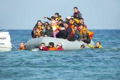 到达在充气救生艇小船的希腊的难民从土耳其 库存照片