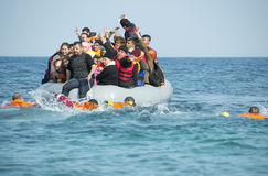 到达在充气救生艇小船的希腊的难民从土耳其 免版税库存照片