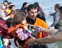 到达在充气救生艇小船的希腊的难民从土耳其 库存图片