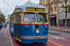 到达在农贸市场上的驻地的旧金山电车轨道财政区 库存图片