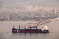 到达在口岸的大货船 掀动转移作用 免版税图库摄影