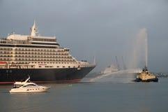 到达在口岸英国的女王伊丽莎白船 库存图片
