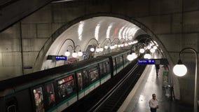 到达在巴黎地铁车站的火车 影视素材