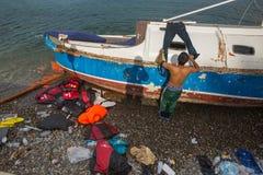 到达在希腊的难民乘从土耳其的可膨胀的小船 免版税库存图片