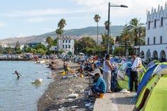 到达在希腊的难民乘从土耳其的可膨胀的小船 库存照片
