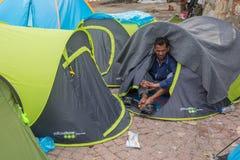 到达在希腊的难民乘从土耳其的可膨胀的小船 免版税图库摄影