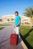 到达在有他的行李的旅馆的人 库存照片