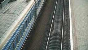 到达在驻地平台的火车 运输和后勤背景 股票录像