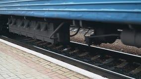 到达在驻地平台的火车 E 轮子的特写镜头 股票视频